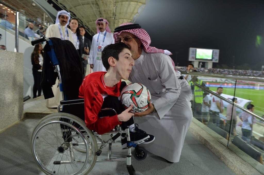 رئيس الاتحاد الآسيوي يتعاطف مع مشجع سوري ويقدم له هدية
