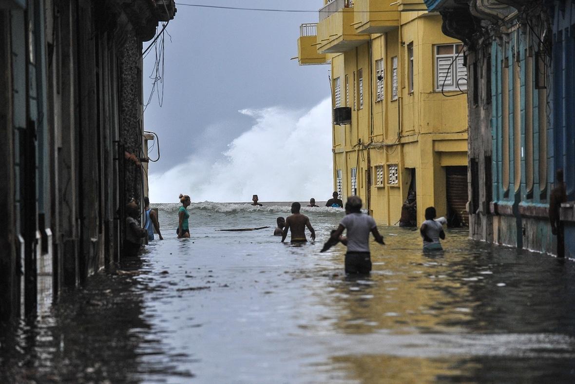 إعصار نادر في هافانا يقتل ويصيب المئات